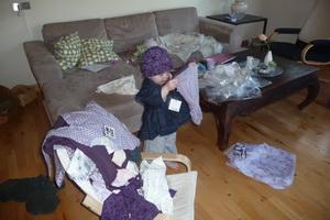 Sofia igang med at prøve alt det nye tøj